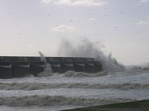 English: Rough seas at Brighton Marina The wes...
